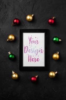 Weihnachtskomposition mit leerem bilderrahmen. bunte verzierungsdekorationen. mock up grußkarte vorlage