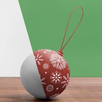 Weihnachtskugel mit schneeflocken