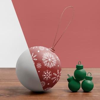 Weihnachtskugel mit schneeflockenzeichnungen