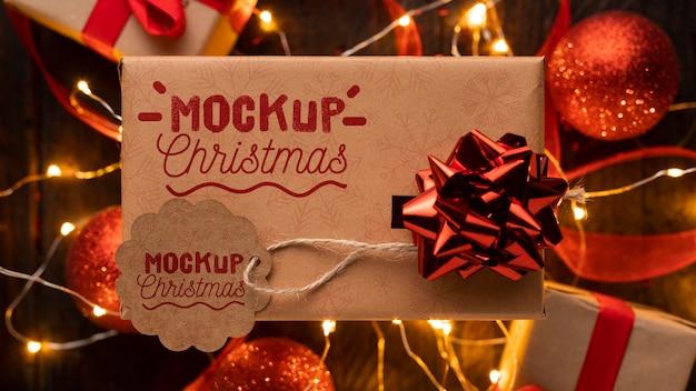 Weihnachtsmodell auf einem verpackten geschenk