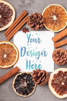 Weihnachtsmodell komposition. dekorationen von zimt, anis, getrockneten früchten und tannenzapfen auf grauem hintergrund