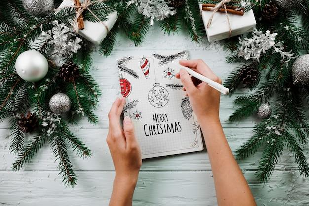 Weihnachtsmodell mit gewundenem notizblock