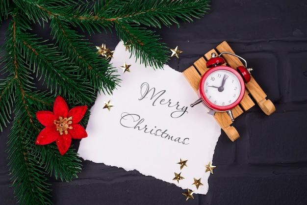 Weihnachtsmodell mit karte, wecker, blume und tanne