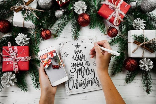 Weihnachtsmodell mit smartphone
