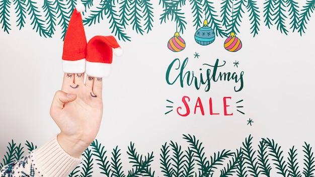 Weihnachtsverkauf mit sankt hut auf einer hand