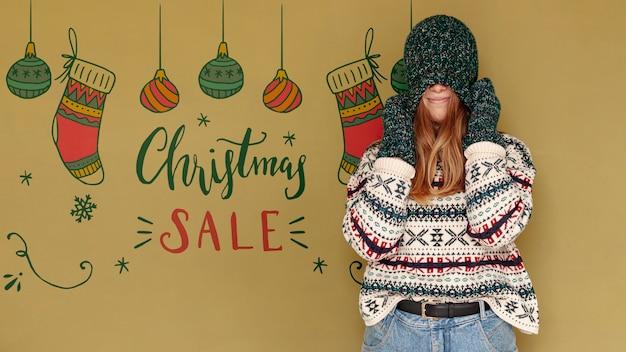 Weihnachtsverkauf und frau, die ihr gesicht mit einem hut bedeckt