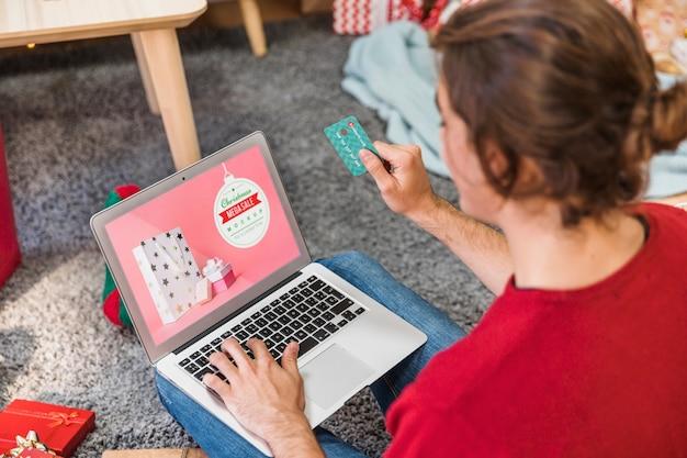 Weihnachtsverkaufsmodell mit der frau, die laptop verwendet