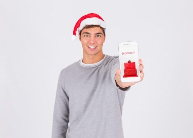 Weihnachtsverkaufsmodell mit der hand, die smartphone hält