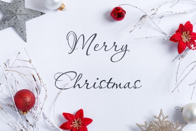 Weihnachtsweißes hintergrundmodell mit dekorationen