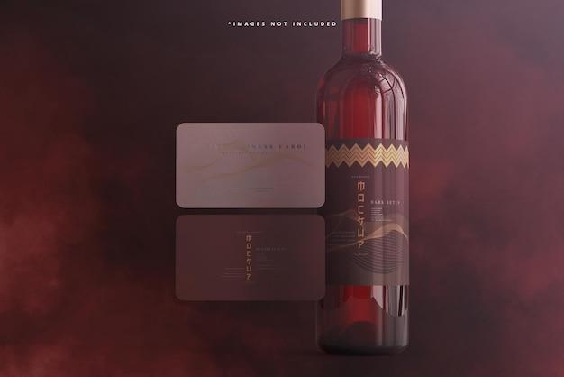Weinflasche mit schraubverschluss und visitenkartenmodell