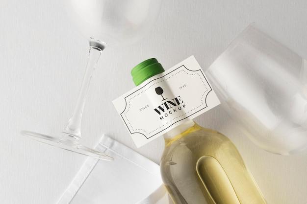 Weinflaschenetikett und glasmodell flach liegen