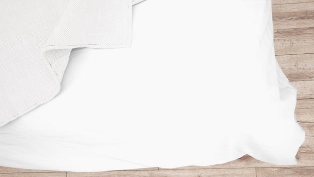 Weiße bettdecke oder steppdecke hautnah