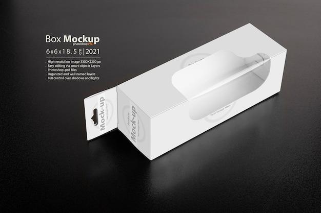 Weiße box mit aufhänger auf dunklem grund
