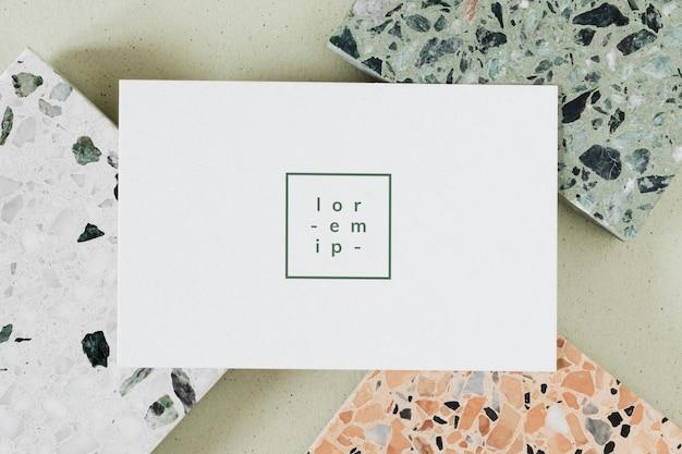 Weiße karte auf granitfliesen-vorlage