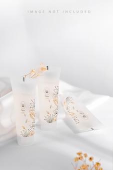 Weiße kosmetikprodukte tube auf ständer Premium PSD