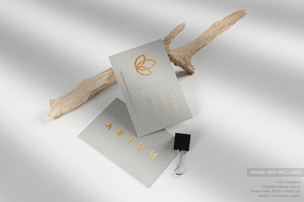 Weiße luxus-visitenkarte auf dem boden mit zweigen