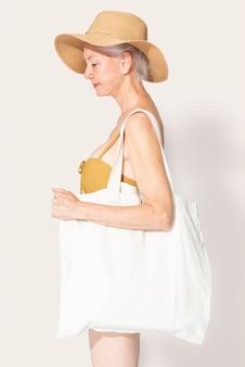 Weiße tragetasche psd mockup damenbekleidung
