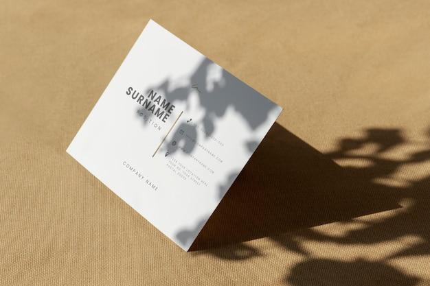 Weiße visitenkartenvorlage auf braunem textil