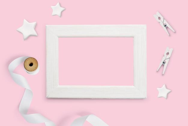 Weißer bilderrahmen auf rosa
