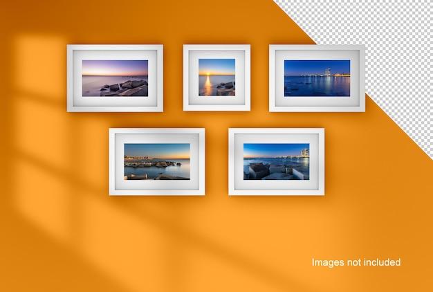 Weißes bilderrahmenmodell, das an einer wand orange hängt