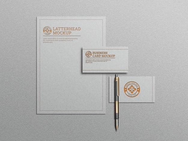 Weißes briefpapiermodell mit geprägtem und geprägtem effekt