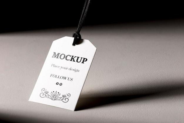 Weißes etikett der modellkleidung mit schatten