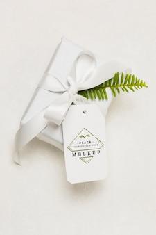 Weißes geschenk mit modellanhänger
