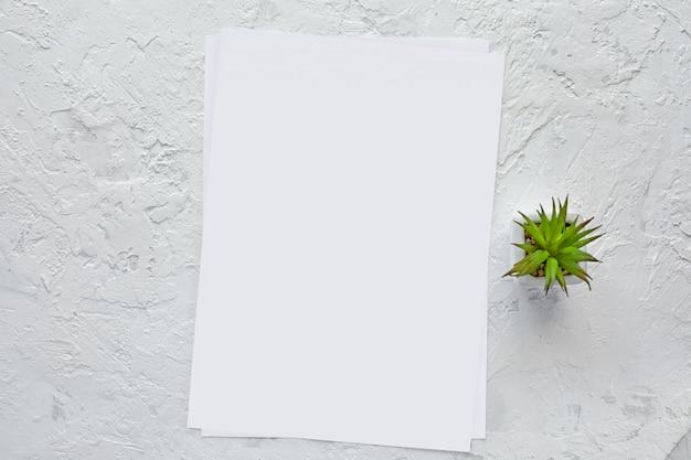 Weißes leeres papier und platz für text. attrappe, lehrmodell, simulation