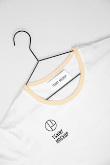 Weißes t-shirt auf kleiderbügel-modell