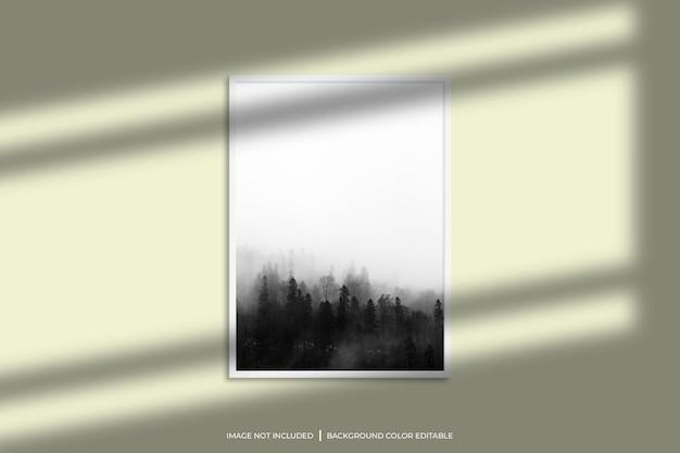 Weißes vertikales fotorahmenmodell mit schattenüberlagerung und pastellfarbenem hintergrund