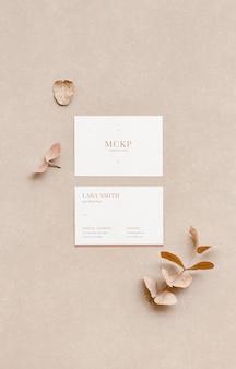 Weißes visitenkartenmodell für designvorlage. draufsicht auf das branding-konzept