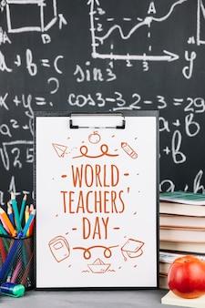 Weltlehrertagmodell mit klemmbrett