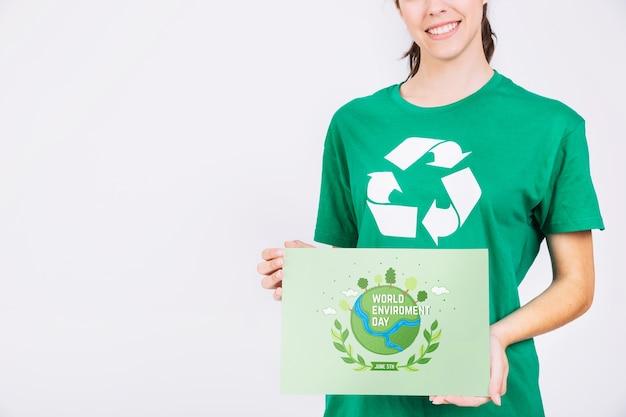 Weltumwelttagmodell mit dem freiwilligen haltenen papier