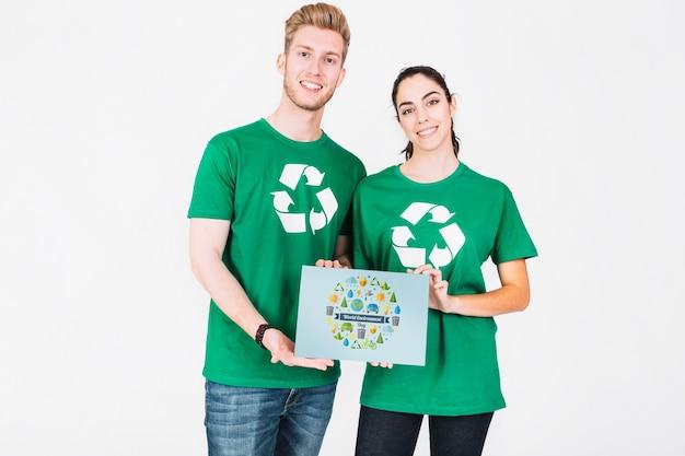 Weltumwelttagmodell mit den freiwilligen paaren, die papier halten