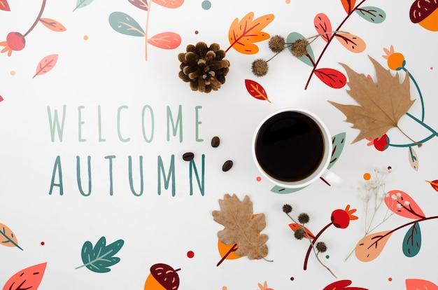 Willkommene herbstbeschriftung nahe bei tasse kaffee