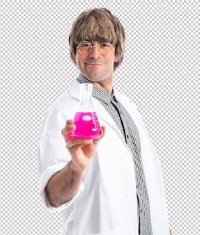 Wissenschaftler, der ein reagenzglas anhält