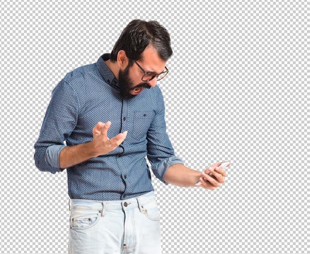 Wütender hippie-mann, der mit mobile spricht