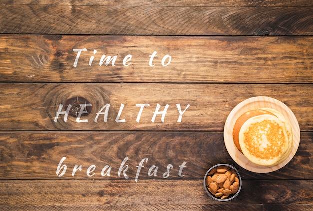Zeit zum gesunden frühstückszitat auf hölzernem brett
