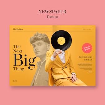 Zeitungsmodemann, der sein gesicht mit vinylaufzeichnung bedeckt