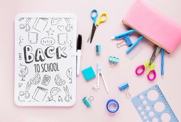 Zubehör für die schule auf rosa hintergrund
