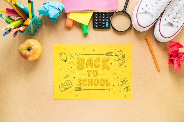 Zurück zu schule-modell mit gelbem papier