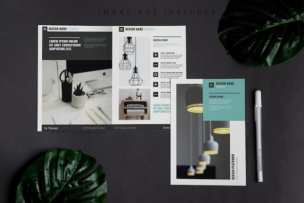 Zwei broschüren modell auf schwarzem tisch