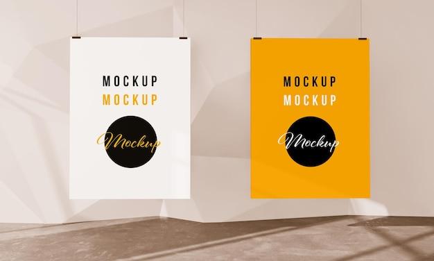 Zwei hängende plakate auf 3d-rendering-galerie-modell