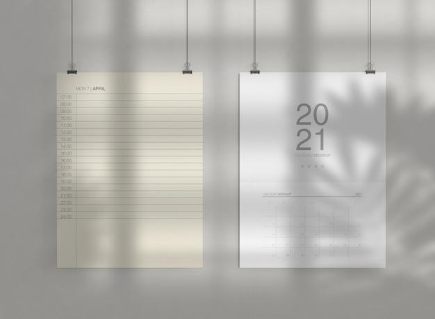 Zwei kalender mockup an der wand