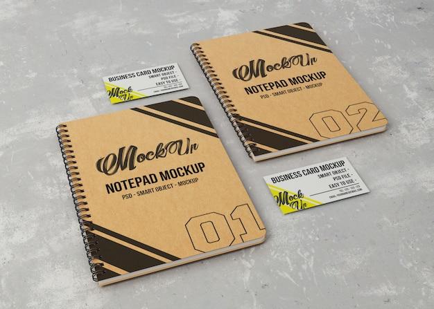 Zwei notizbücher und visitenkartenmodell
