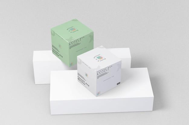Zwei quadratische kastenmodell auf marmorvorderansicht