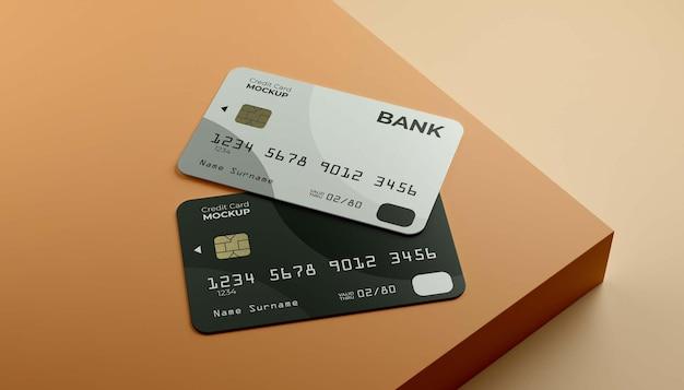 Zwei stapelnde kreditkarten mit bühnenhintergrund.