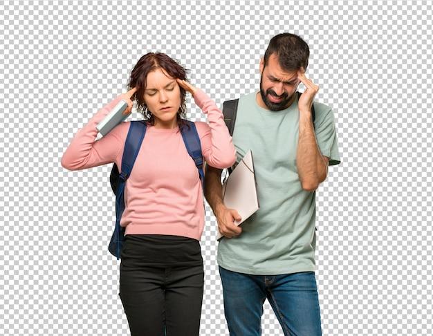 Zwei studenten mit rucksäcken und büchern, die mit etwas unzufrieden sind
