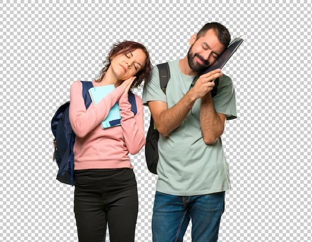 Zwei studenten mit rucksäcken und büchern, die schlaf machen, gestikulieren