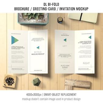 Zweifachgefaltetes broschüren- oder einladungsmodell mit stilllebenkonzept